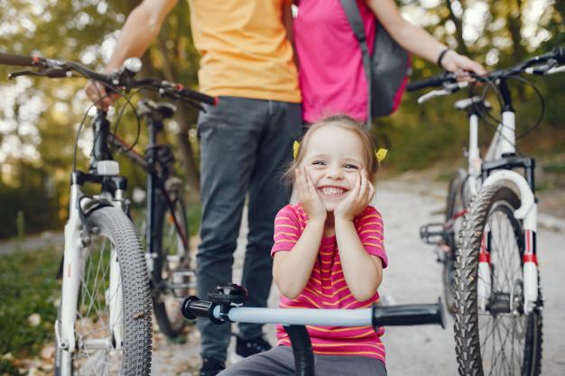pige på cykel